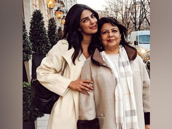 Priyanka poses with her mom (Image source: Instagram)