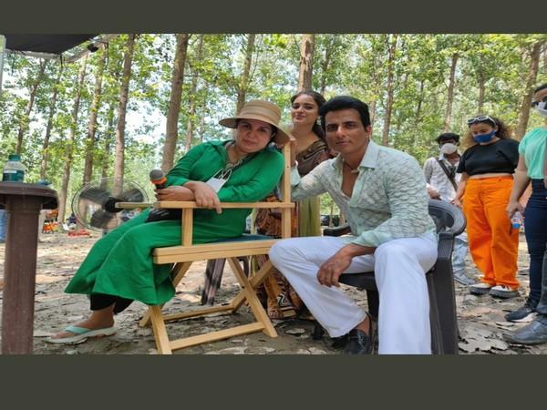 Sonu Sood with Farah Khan, Niddhi Agerwal (Image source: Twitter)
