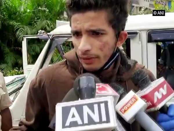 Sharif, member of the Civil Defence and eyewitness of the attack on DJ Halli police station talking to ANI on Wednesday. [Photo/ANI]
