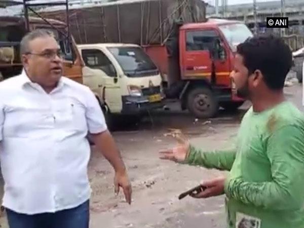 Shiv Sena corporator Milind Vaidya assaulting chicken traders near Machhimar colony on Friday. Photo/ANI