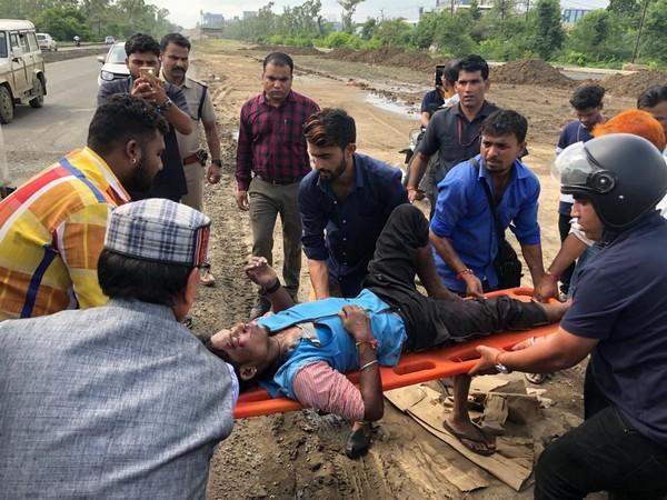 Former Madhya Pradesh CM Shivraj Singh Chouhan helping accident victim on Friday. Photo/ANI