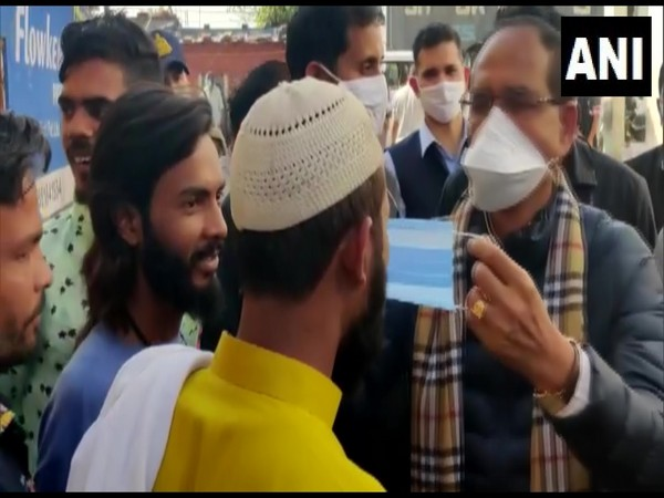 MP Chief Minister, Shivraj Singh Chouhan distributes masks to the public (Photo ANI)