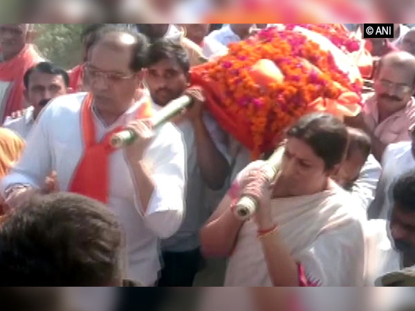Smriti Irani lending her shoulder to mortal remains of deceased aide Surendra Singh on May 25 in Amethi. (File Photo)