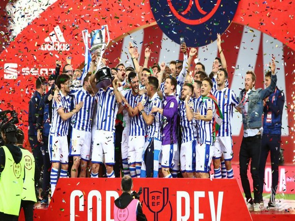 Real Sociedad players with the Copa del Rey trophy (Photo/ Real Sociedad Twitter)