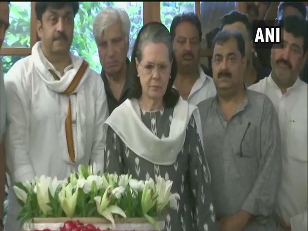 Sonia Gandhi paying tribute to Sheila Dikshit at her residence in New Delhi on Saturday.
