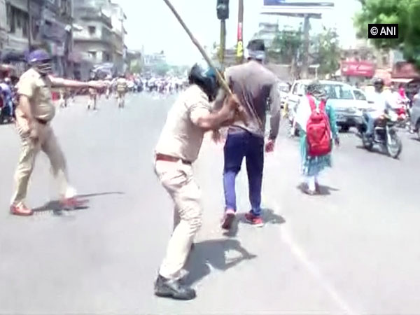 Police resort to lathicharge to disperse the Police recuuitment 2013 candidates in Lucknow