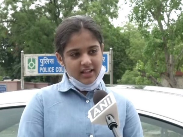 A 12-year-old student help migrant labourers fly home on Sunday. Photo/ANI