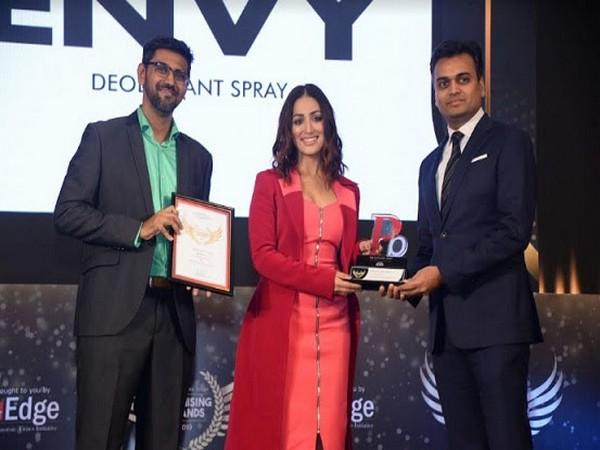 Saurabh Gupta, Managing Director, Envy Deodorants receiving the award by leading Actor Yami Gautam