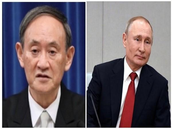 Japanese Prime Minister Yoshihide Suga (L) and Russian President Vladimir Putin (R)