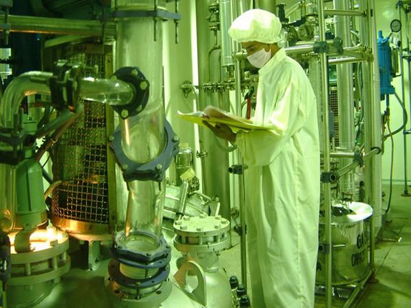 कंपनी के पास छह महाद्वीपों में 42 विनिर्माण सुविधाएं हैं