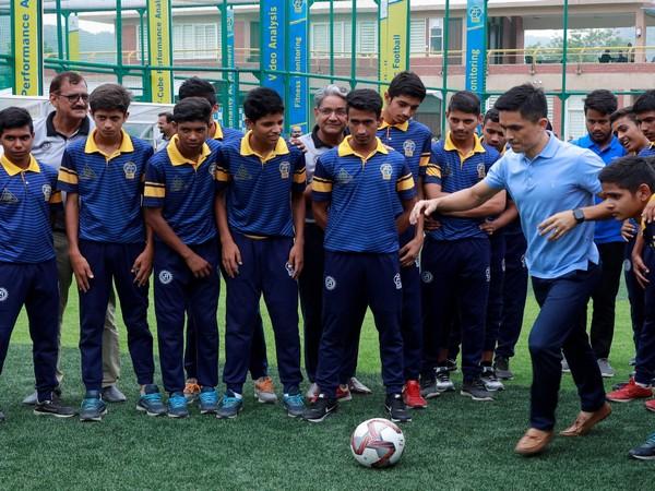 Sunil Chhetri with young footballers at Zinc Football Academy