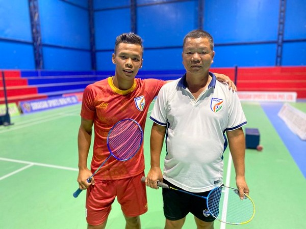 Indian midfielder Suresh Wangjam with his father (Photo/Indian Football Team Twitter)