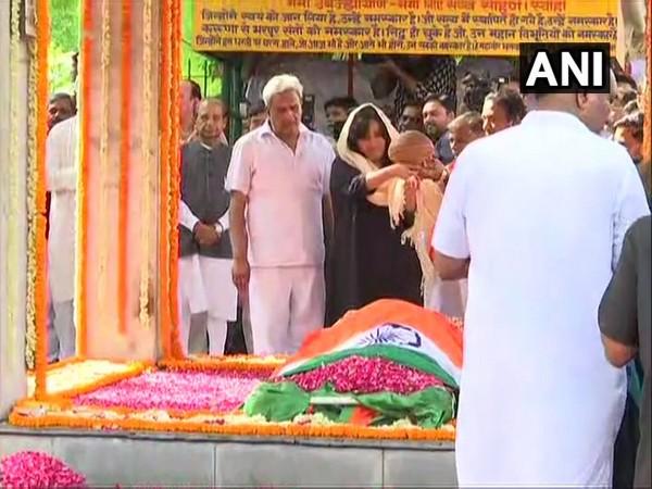 Bansuri Swaraj performing last rites of her mother, late EAM Sushma Swaraj. Photo/ANI