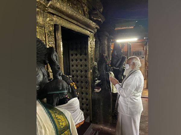 Prime Minister Narendra Modi offers prayers at Meenakshi Temple in Madurai (Photo/ ANI)
