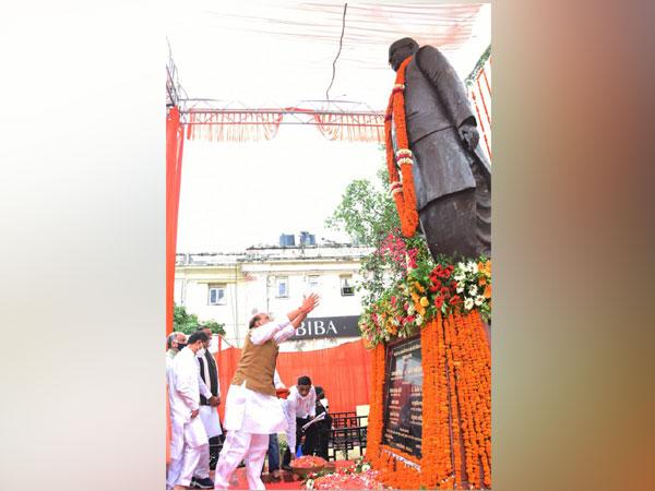 Defence Minister Rajnath Singh unveils statue of Lalji Tandon. (Image courtesy: Twitter/ @rajnathsingh)
