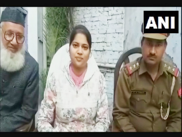 Sub-Divisional Magistrate of Khurja Isha Priya in Sarai Murtaza colony on Sunday. Photo/ANI