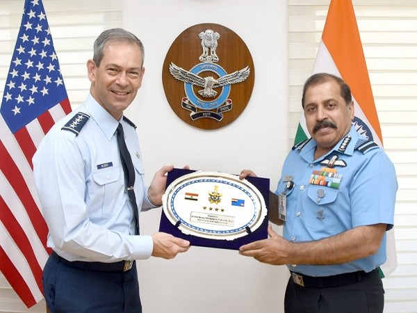 Commander of Pacific Air Forces Wilsbach meets IAF Chief (Photo Credit: Twitter/ Indian Air Force)