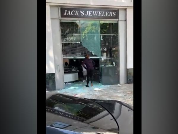 Visuals of scene of a loot at a jewellery store in US  (Credit: Dan Bongino, Host of The Dan Bongino Show)