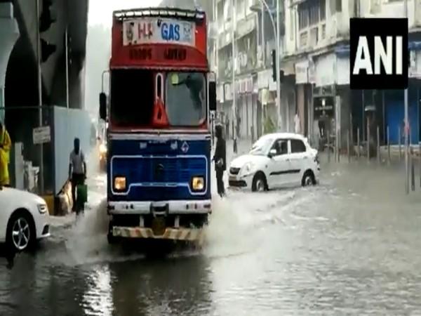 Visual of moving traffic amid inundated roads in Mumbai. (Photo/ANI)