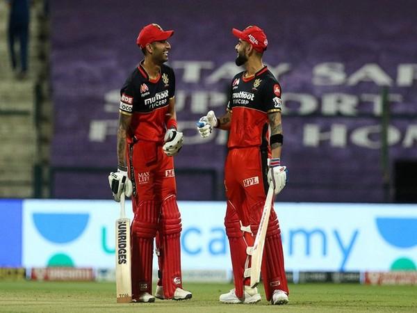 RCB batsman Gurkeerat Singh Mann and Virat Kohli in action against KKR (Photo/ iplt20.com)