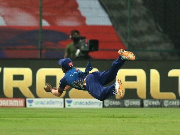 Anukul Roy dived to take Mahipal Lomror's catch (Photo/ iplt20.com)