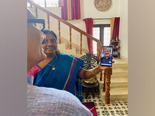 V Muraleedharan spoke to Wing Commander Vivek Vikram's parents (Picture tweeted by V Muraleedharan)