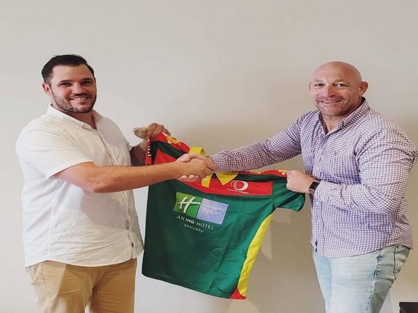 Simon Keen (L) with Vanuatu Cricket's CEO Shane Deitz (R) (Photo/Vanuatu Cricket Twitter)