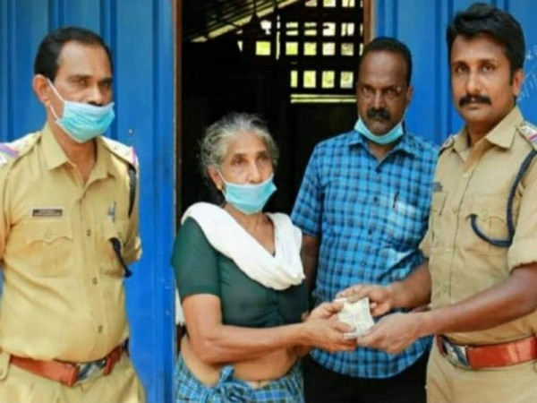Lalithamma, the cashew worker from Kollam, donating Rs 5,101 to CMDRF. (Photo credit: Twitter)