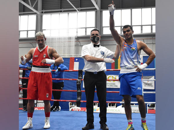 Indian boxer Vikas Krishan Yadav (in blue)