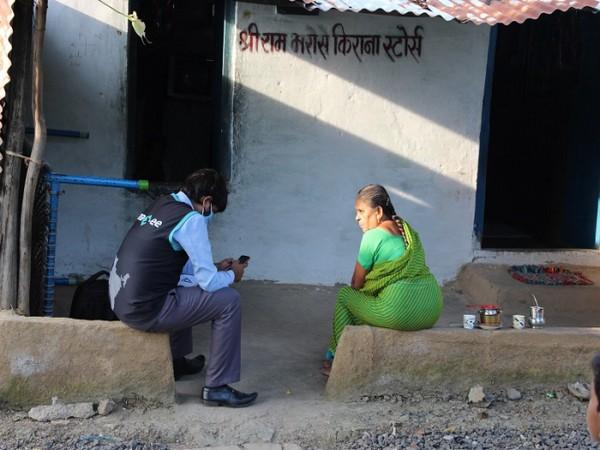 Village: Mirzapur, Tal: Lakhimpur, Kheri, UP   Anaxee' Digital Runner interacting with local citizens, explaining benefits of Covid Vaccination under Project Swaraksha