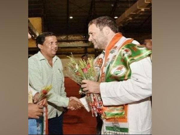 Mumbai Congress General Secretary Vishwabandhu Rai with Rahul Gandhi (Photo/ANI)