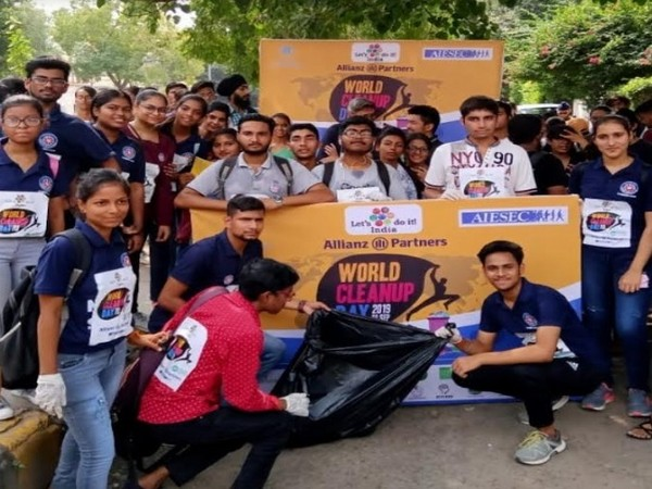 Volunteers at the Let's Do It India Cleanup drive in Delhi on World Clean up day 2019
