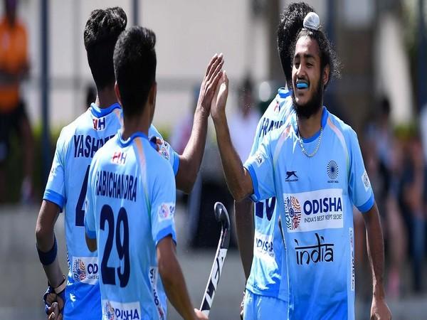 Maninder Singh with teammates (Photo/ Hockey India website)