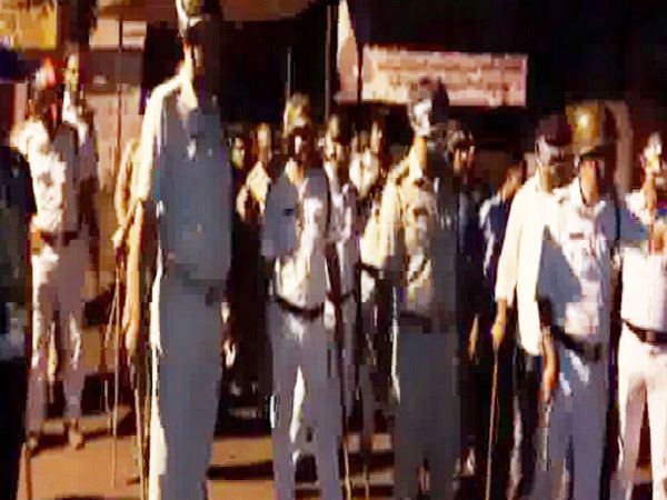 West Bengal Police resorts to lathi-charge against local protesters