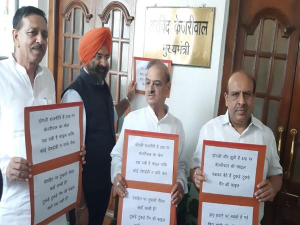 Vijender Gupta, OP Sharma, Manjinder Singh Sirsa and Jagdish Pradhan protesting outside the chamber of Delhi Assembly