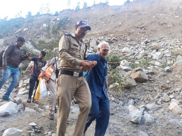 Jawan of uttarakhand police while helping the commuters