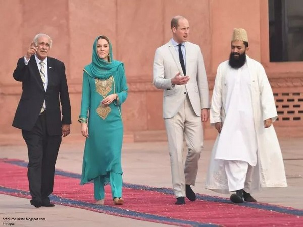 Kate Middleton and Prince William touring the Badshahi Masjid in Lahore