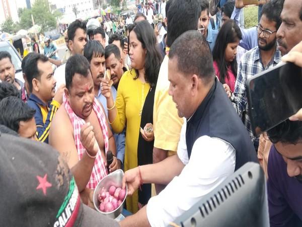 Congress members selling onions in Bhubaneswar on Monday. Photo/ANI