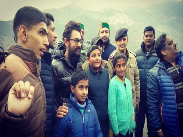 Actor Aamir Khan with his fans in Shimla (Image source: Himachal Pradesh Police)