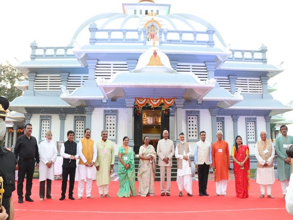President Kovind along with wife, other officials in front of Mahalsa Temple, Goa. [Photo/ANI]