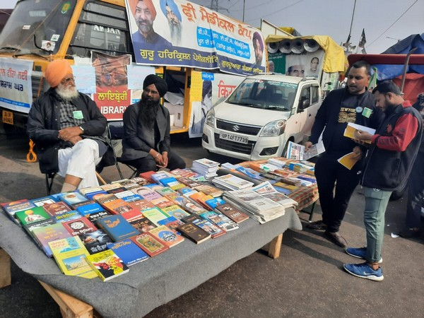 Open library installed for farmers at Ghazipur border