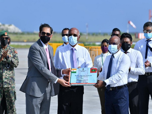 Maldives receiving the consignment of 1 lakh Covishield vaccines from India (Source: Abdulla Shahid/Twitter)