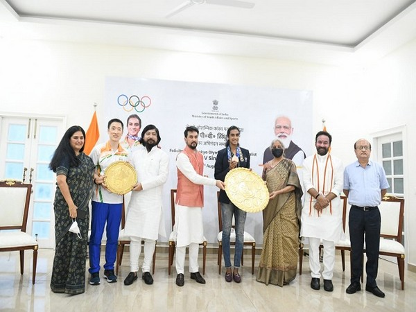 PV Sindhu being felicitated (Image: PIBIndia)