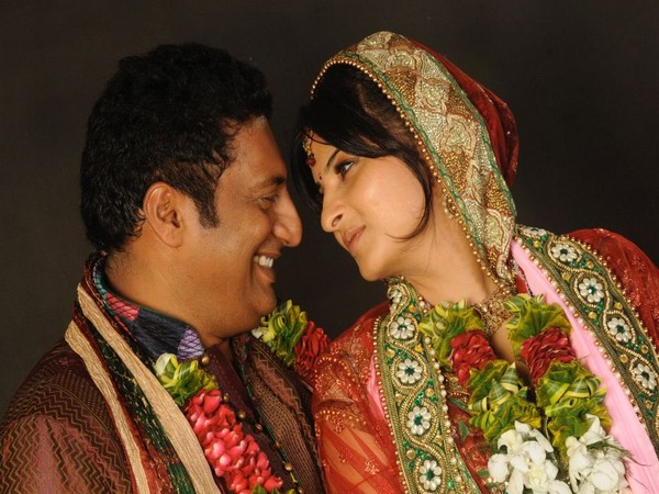 Prakash Raj with his wife (Image source: Twitter)
