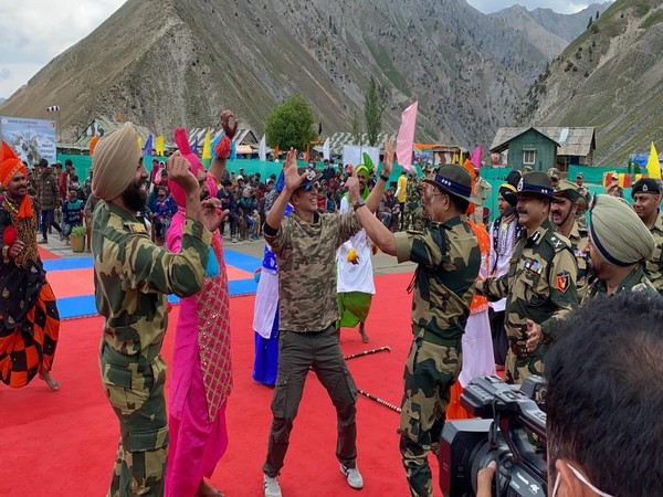 Akshay Kumar with Border Security Force (Image Source: Twitter)