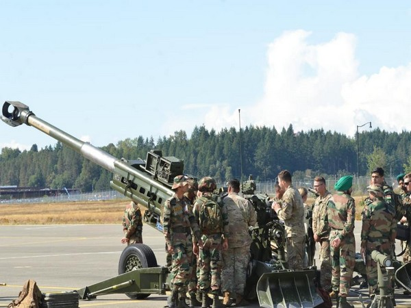 Troops train on howitzers, Chinook helicopters