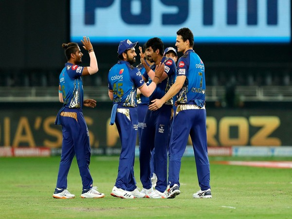 Mumbai Indians skipper Rohit Sharma with teammates (Photo/ iplt20.com)
