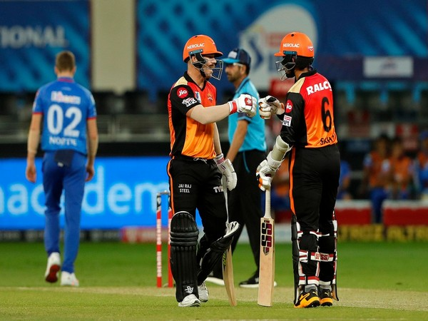 David Warner and Wriddhiman Saha in action against Delhi Capitals (Photo/ iplt20.com)