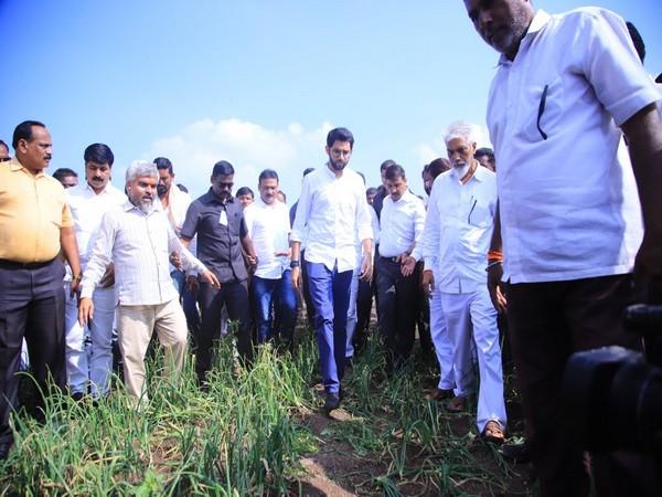 Shiv Sena leader Aaditya Thackeray visits a farm in Nashik. Photo/Twitter@ShivSena
