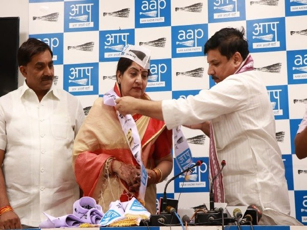 Congress party leader Rekha Rani joining the Aam Aadmi Party in New Delhi on Sunday. Photo/ANI